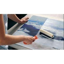Υγρή πλαστικοποίηση σε δοχείο ΜΑΤ & ΓΥΑΛΙΣΤΕΡΗ. Εφαρμόζεται με πινέλο, ρολό ή δοχείο spray. Είναι κατάλληλη για καμβά, ύφασμα ή μουσαμά.